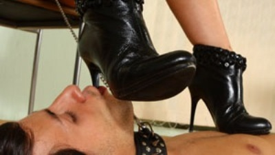 Elegant mistress Jade in sexy black und3rwear has got another slave to lick her beautiful feet today.