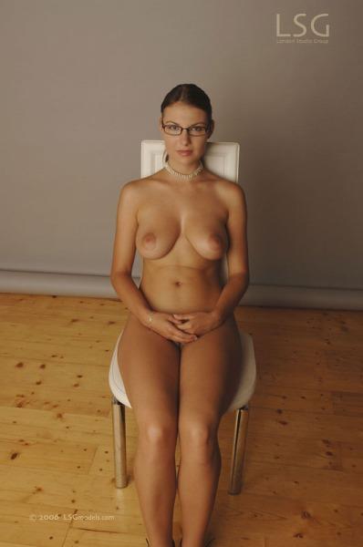 Mujeres desnudas con gafas