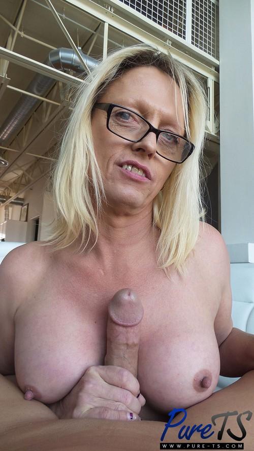 Jenna Ranee - Busty Blonde MILF TS Jenna Ranee Sucks off a Big Dick [FullHD 1080p] (Pure-TS)