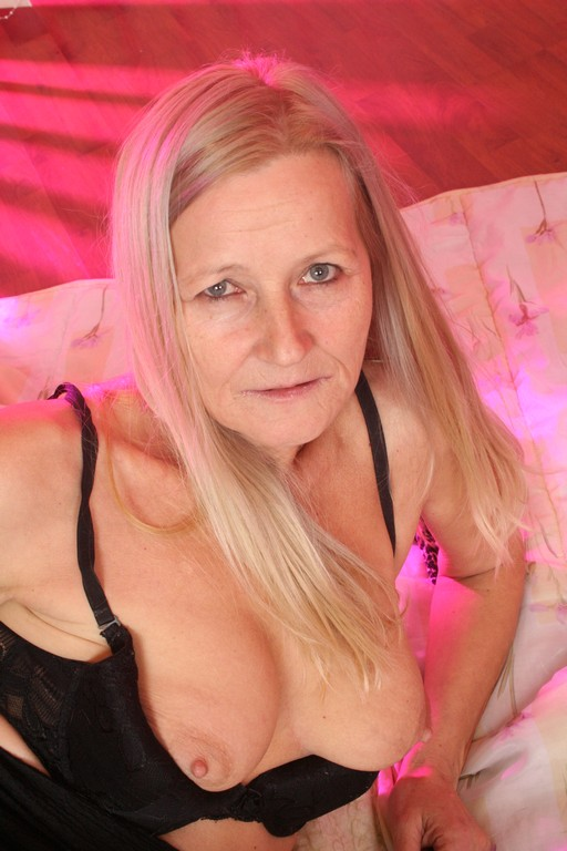 Old granny Kitty isn't afraid to get fucked - Mature, MILFs