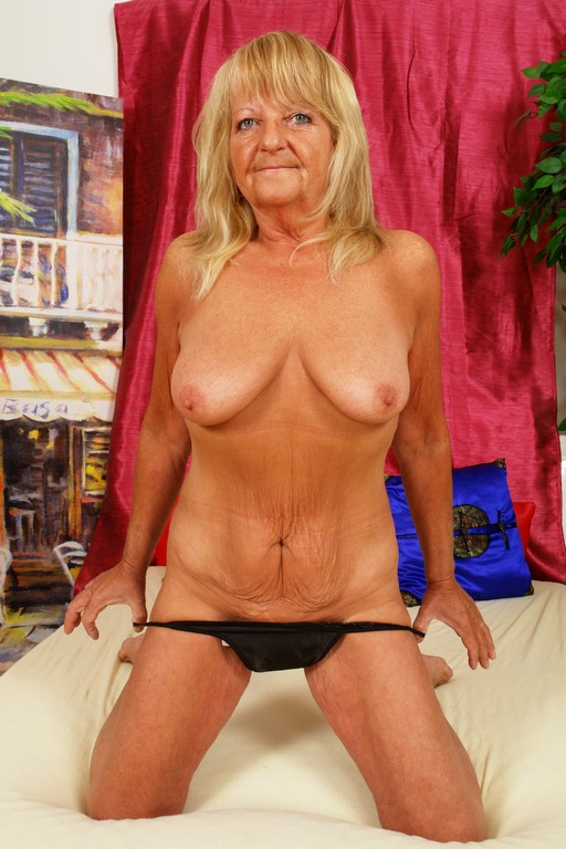 Lola is back and she brought - Mature, MILFs