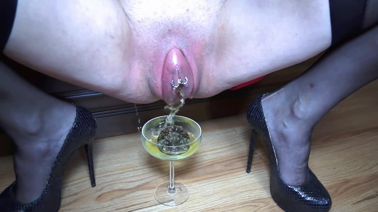Bella Pepper Pussy Pumping and Piss Drinking