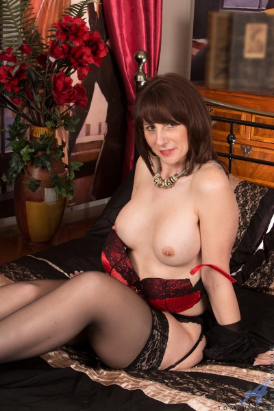 Scottish milf toni lace will get you the best deal in town 10