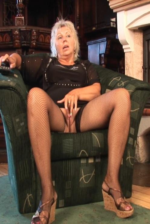 Blonde granny masturbation