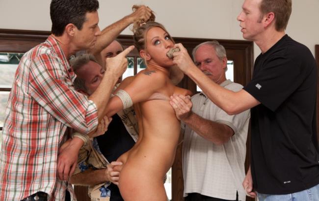 написано, что блондинку с большой грудью связали и трогают день множество